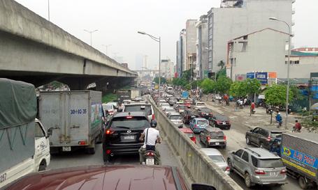 Gần 10h sáng, đoạn đường Nguyễn Xiển, Khuất Duy Tiến, đường dẫn lên đường trên cao vẫn ùn ứ nghiêm trọng, ô tô nối dài hàng cây số. (Ảnh: Quang Phong)