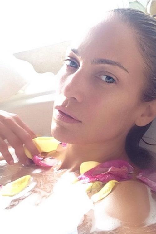 Gương mặt Jennifer Lopez vẫn nổi bật với những đường nét đẹp mà không cần đến make-up.