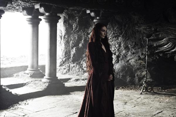 Melisandre với váy đỏ đậm đơn giản nhưng trang nhã.