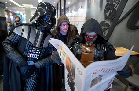 Darth Vader, người Jedi và Darth Revan xuất hiện tại một quán café ở Hamburg, Đức.