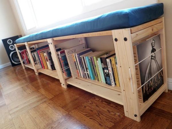 Bạn có thể nằm hoặc ngồi đọc sách ngay tại chỗ với mẫu giá sách này