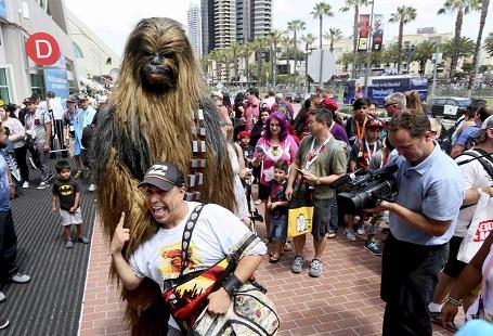 Một người đàn ông hóa trang thành nhân vật Chewbacca tại sự kiện hóa trang ở San Diego, Mỹ.