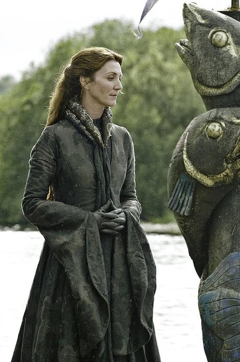 Catelyn Stark với chiếc váy da sang trọng, màu đen nhưng vẫn nổi bật.