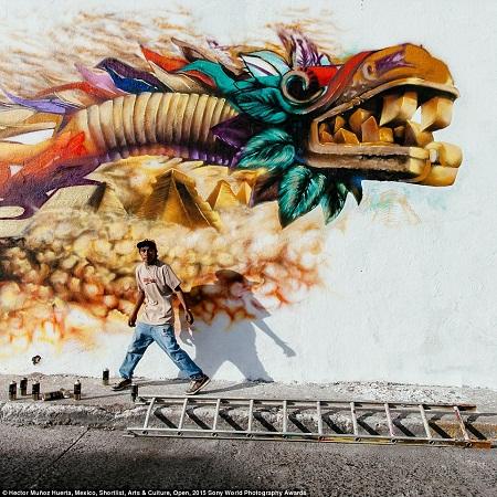 Một thanh niên người Mexico vẽ graffiti. (Ảnh: Hector Munoz Huerta)