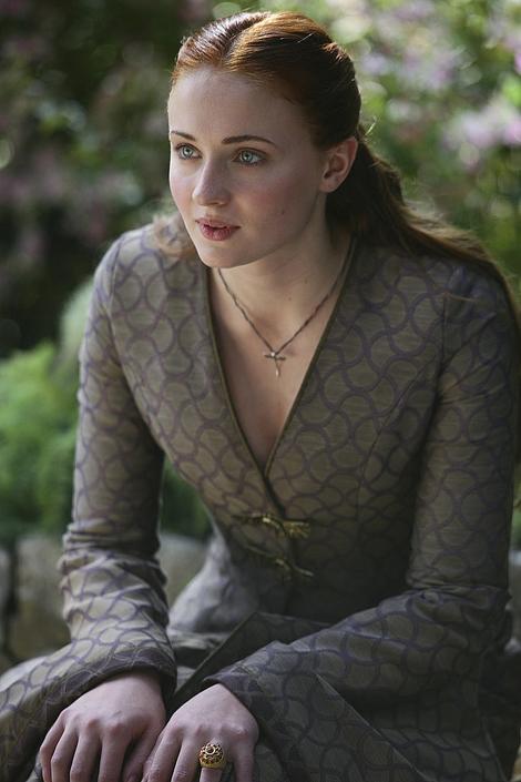 Sansa mang phong cách cổ điển với váy đơn giản nhưng có hoa văn nhã nhặn.