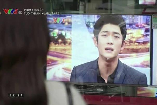 Linh nghe Junsu hát qua truyền hình.