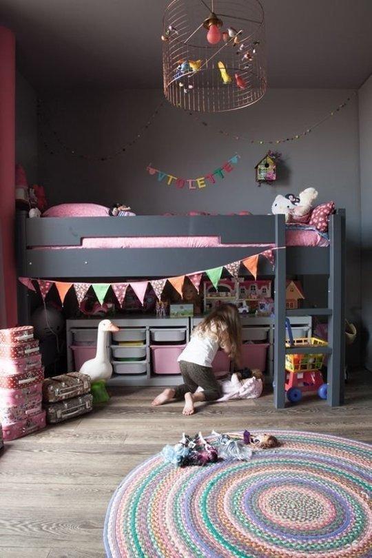 Tận dụng khoảng không gian bên dưới chiếc giường, một số gia đình đã biến nơi đây trở thành chỗ cất giấu những món đồ chơi cho các bé