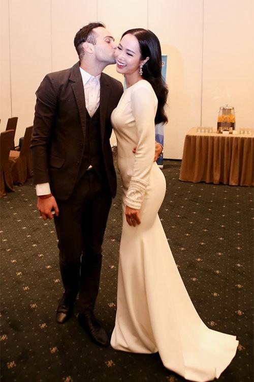 Nữ diễn viên Vũ Ngọc Anh được bạn nhảy ôm hôn tình cảm.