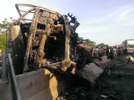 Chiếc xe tải bị bốc cháy sau tai nạn xảy ra.