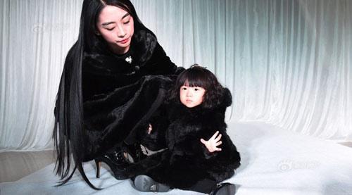 Để kỷ niệm ngày sinh nhật lần thứ 2 của con gái, bà mẹ trẻ người Trung Quốc đã quyết định tổ chức một buổi trình diễn thời trang tràn ngập đồ hàng hiệu nằm trong tủ đồ của cô bé.