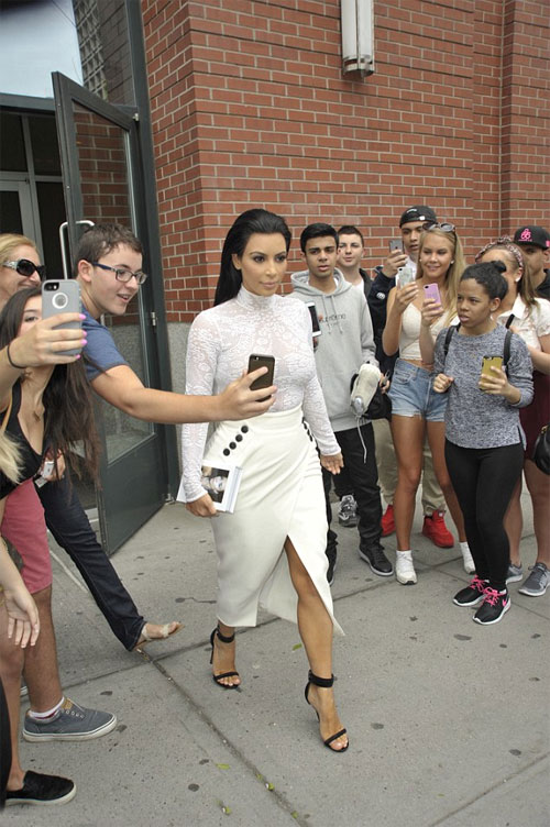Các fan tụ tập từ sớm trước cửa căn hộ của Kim để được chụo hình cùng ngôi sao 34 tuổi.