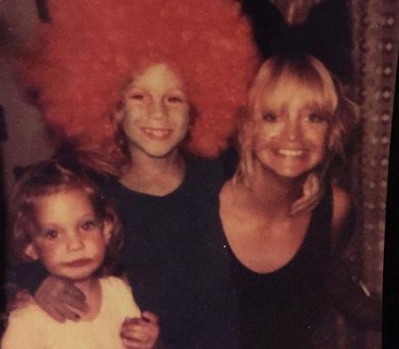 """Kate Hudson là con gái của nữ diễn viên xinh đẹp và nổi tiếng Goldie Hawn. Cô sớm bộc lộ năng khiếu diễn xuất và đam mê nghệ thuật khi cả cha và mẹ đều là những diễn viên có tiếng tại Hollywood. Cha mẹ cô ly dị sau khi Kate chào đời được 8 tháng. Kate và mẹ hiện được xem là một trong những cặp mẹ con """"hot"""" nhất tại Hollywood vì nhan sắc và danh tiếng mà họ có được. Kate còn có một người anh trai cũng là diễn viên."""