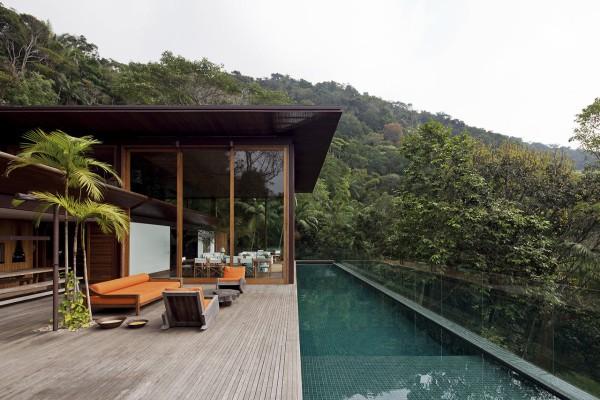 Công ty AMB House đã thiết kế cho ngôi nhà ở São Paulo một bể bơi nhỏ trải dài theo chiều dọc nhà. Khoảng sân rộng với bức tường kính nhìn ra bể bơi xanh mát giúp bạn thoải mái bơi lội và tận hưởng mùa hè.