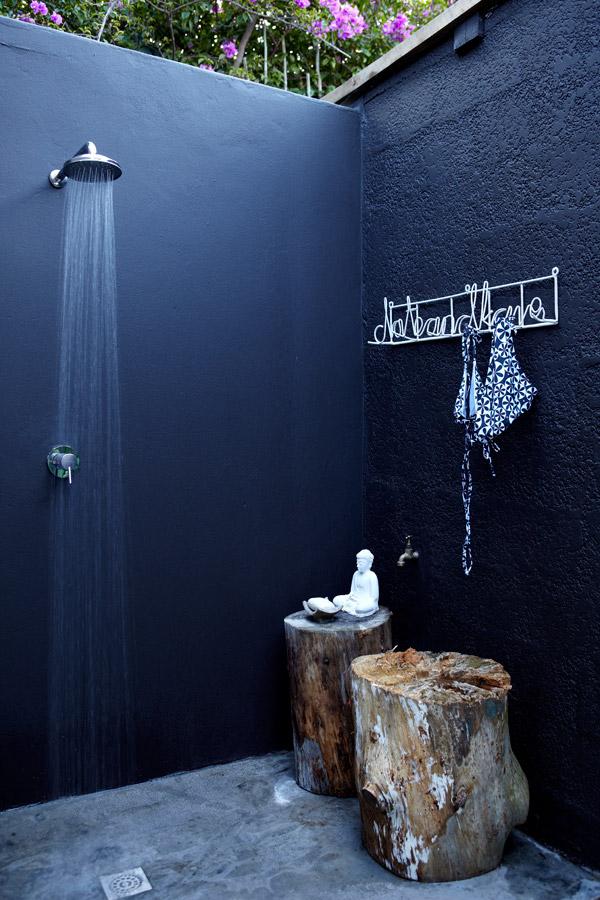 Bạn có thể bố trí một phòng tắm khá kín đáo để tạo sự riêng tư. Gam màu xanh đậm cũng góp phần tạo nên chiều sâu cho không gian.