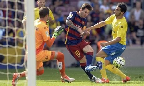 Messi dính chấn thương sau một pha xâm nhập vòng cấm đối phương và cố gắng dứt điểm.