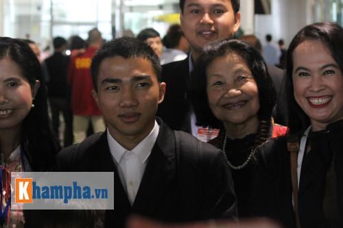 Chanathip Songkrasin chụp hình lưu niệm với người hâm mộ Thái Lan