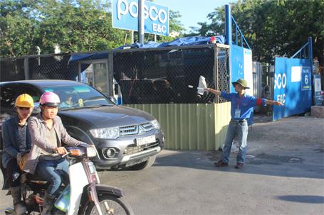 Lực lượng CSGT vừa điều tiết giao thông, vừa chỉ đường cho người nhà thí sinh