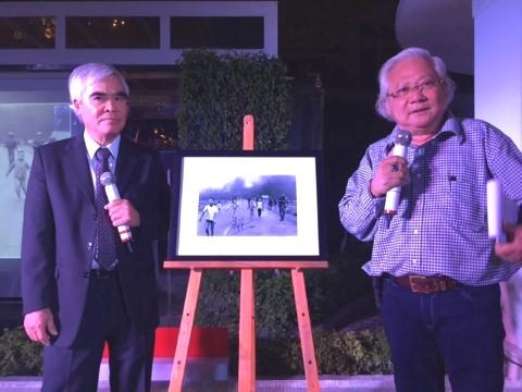 """Nhà nhiếp ảnh Giản Thanh Sơn (phải) và Nick Út giới thiệu về """"Napalm girl""""."""