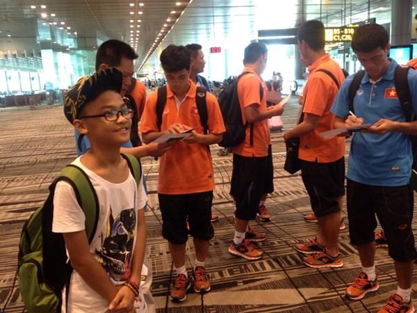 Sự xuất hiện của U23 Việt Nam thu hút sự chú ý của nhiều người tại sân bay.