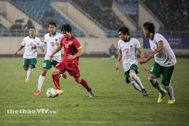 Công Phượng (áo đỏ) trong vòng vây của các cầu thủ Olympic Indonesia