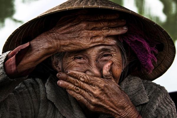 Nụ cười ẩn ý của một bà lão người Hội An