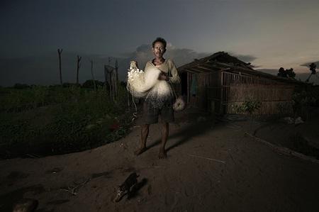 Người ngư dân ở thành phố Indramayu, tỉnh Tây Java, Indonesia. (Ảnh: Agus Purnomo)