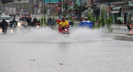 Nhiều tuyến đường ở Sài Gòn ngập trong biển nước.