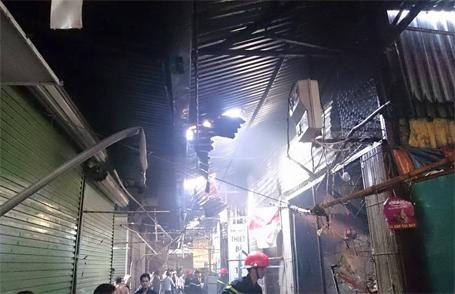 Nhiều cửa hàng trong chợ bị thiêu rụi đồ đạc và hư hỏng nặng kết cấu