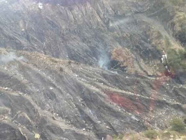 Mảnh vỡ máy bay nằm rải rác trên một khu vực rộng. (Ảnh: BBC)