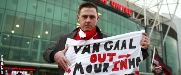 Không ít CĐV của Man Utd mong mỏi Van Gaal ra đi và Mourinho sẽ tới tiếp quản đội bóng
