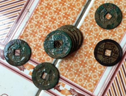 Các đồng tiền có hình tròn, lỗ vuông, đường kính 2,4 cm, dày 0,1 cm, mặt tiền có chữ Hán