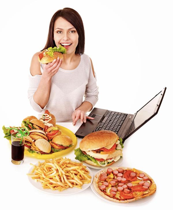 Ăn cơm trên bàn làm việc