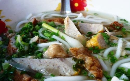 Bạn có thể tìm ăn ở gần Ga Phan Thiết hay trên đường Nguyễn Tất Thành vào lúc chiều tối.