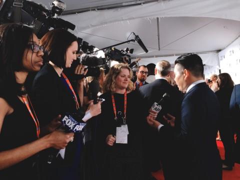 Bảo Nguyễn trả lời phỏng vấn của báo giới tại thảm đỏ LHP Tribeca.