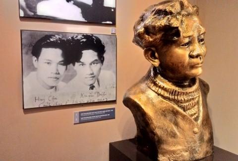 Bức tượng nhà thơ Xuân Diệu đặt cạnh ảnh ông và nhà thơ Huy Cận.