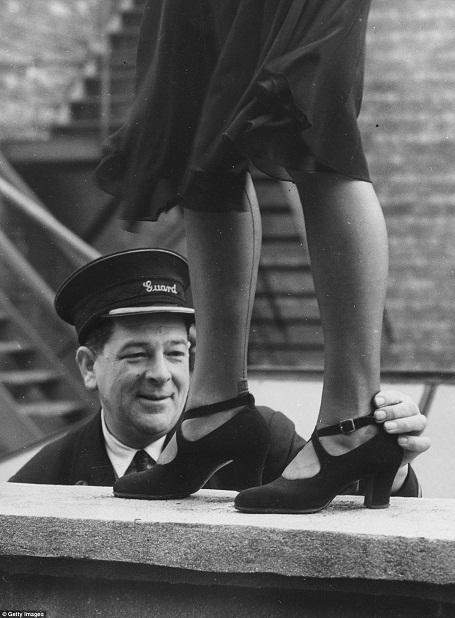 Một nhân viên làm việc ở ga tàu hỏa được giao nhiệm vụ làm giám khảo tại một cuộc thi tìm kiếm Hoa hậu mắt cá chân, được tổ chức dành riêng cho những phụ nữ làm việc trong ngành đường sắt Anh hồi năm 1949.