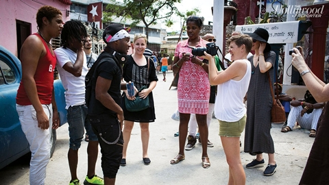 Trò chuyện và chụp ảnh người dân Cuba trên phố.