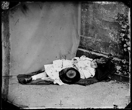 Alice trong một bức ảnh giả vờ ngủ. (Ảnh chụp năm 1860)