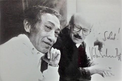 Dịch giả Dương Tường và Volker Schlondorff, đạo diễn phim Cái trống thiếc trong một lần gặp ở Hà Nội. (Ảnh nhân vật cung cấp)