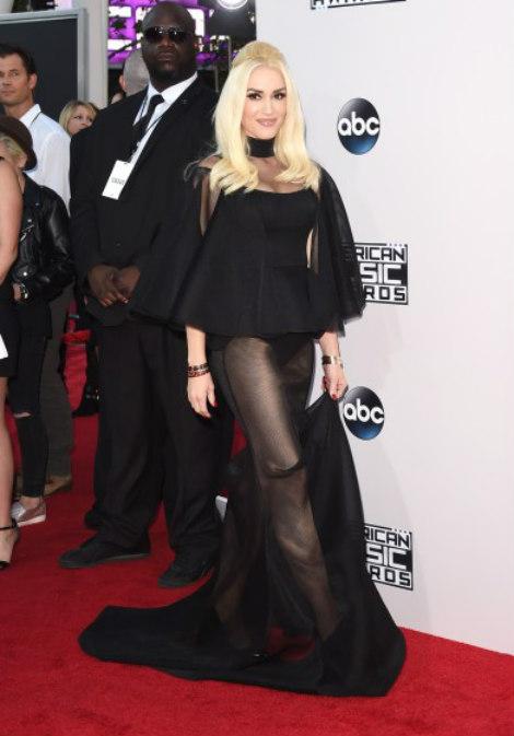 Mặc dù vậy, Gwen Stefani vẫn tỏ ra vô cùng tự tin với bộ trang phục này.