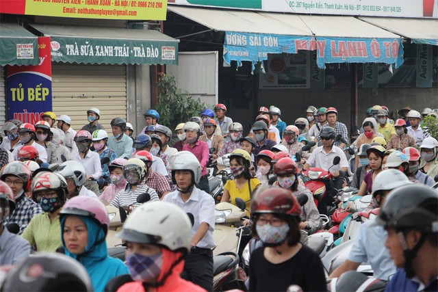 Vỉa hè đường Nguyễn Xiển cũng nêm chặt xe
