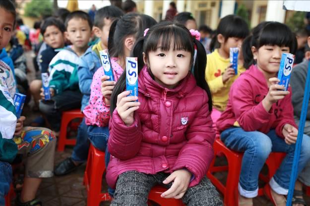 """Các em nhỏ tại Nghệ An được nhận kem đánh răng miễn phí từ chương trình """"Bảo vệ nụ cười Việt Nam""""."""