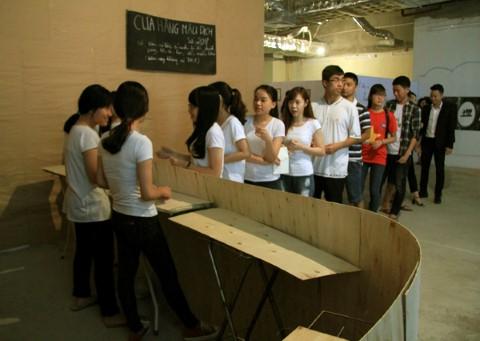 Giới trẻ Hà Nội hồ hởi xếp hàng.