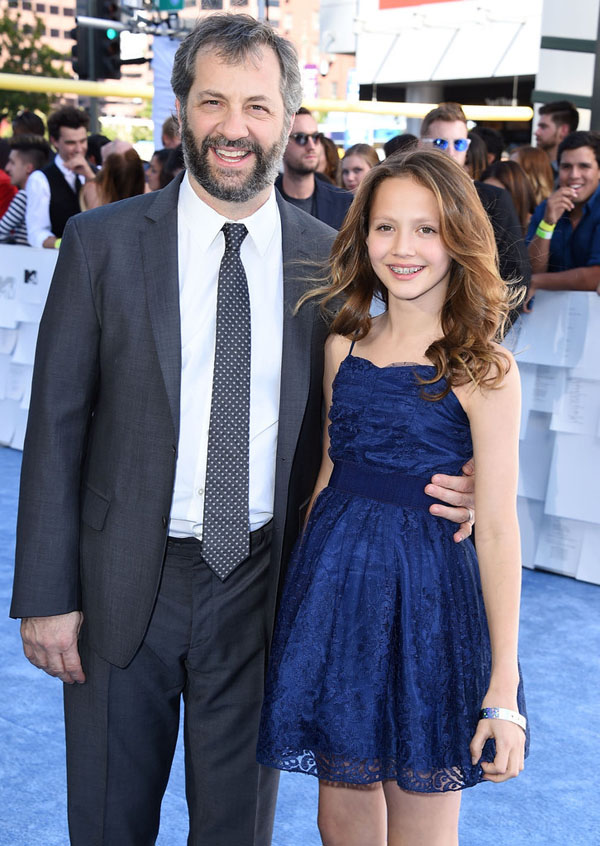 Nữ diễn viên nhí Iris Apatow xuất hiện ở MTV Awards 2015. Sau khi xuất hiện trong những bộ phim của cha mình, dù vẫn đang ở tuổi niềng răng nhưng cô bé 12 tuổi trông đã chín chắn và xinh đẹp hơn rất nhiều.