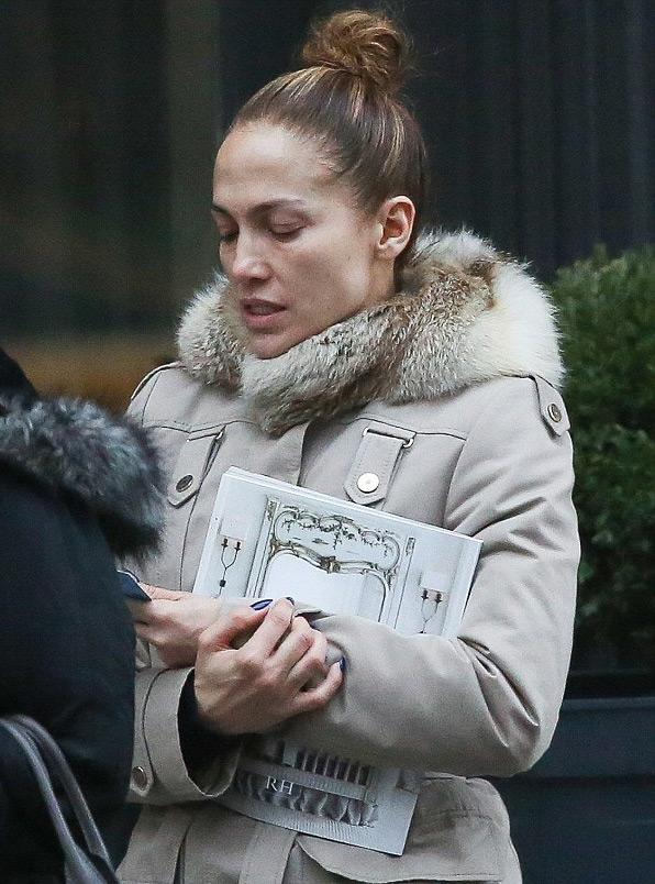 Nữ ca sĩ gợi cảm Jennifer Lopez mờ nhạt khi thiếu son phấn