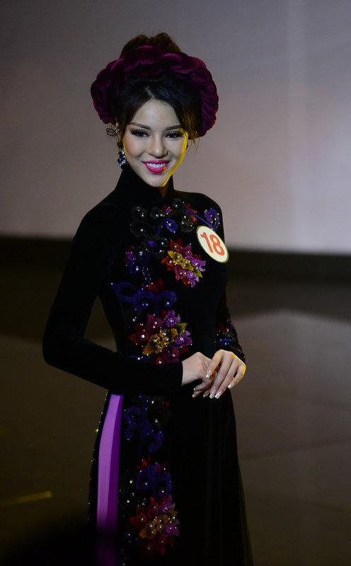 Khả Trang trong phần thi áo dài
