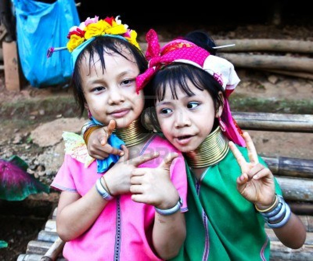 Các bé gái được đeo vòng cổ từ nhỏ