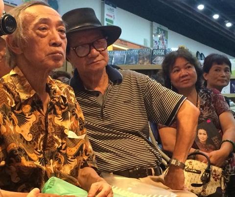 Nhà thơ Dương Tường và đạo diễn Trần Văn Thủy đến từ rất sớm để chờ đợi Khánh Ly.