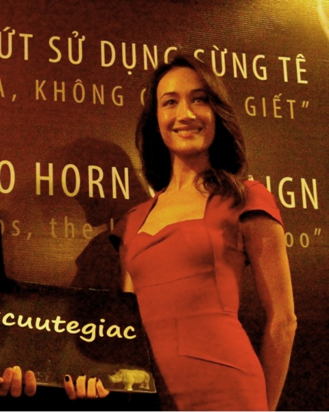 Báo giới phấn khích đón ngôi sao gốc Việt nổi tiếng nhất thế giới hiện nay. Diện váy đỏ bó sát khá kín đáo nhưng Maggie Q vẫn trông rất gợi cảm, đúng với phong cách của cô