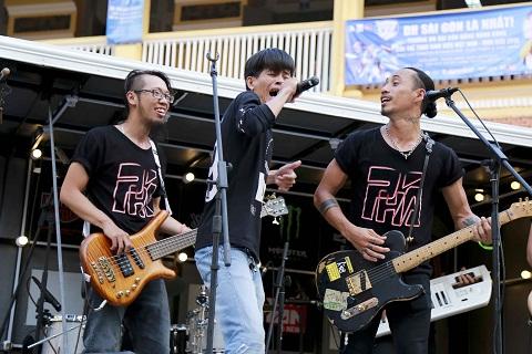 Một fan ruột của Phạm Anh Khoa có cơ hội lên sân khấu song ca cùng thần tượng và hát rất hay khiến cả ban nhạc bất ngờ.